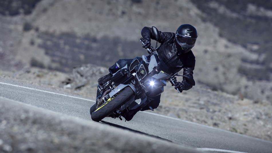 2016-Yamaha-MT-10-EU-Night-Fluo-Action-014