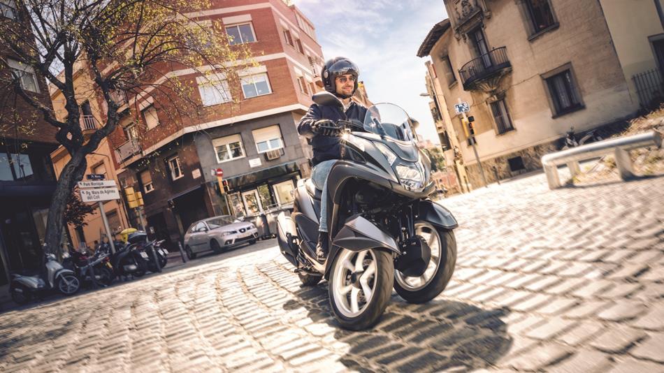 2016-Yamaha-Tricity-155-EU-Oxford-Grey-Action-001