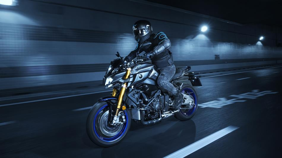 2017-yamaha-mt10dx-eu-silver-blu-carbon-action-005