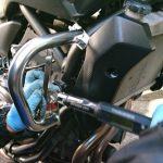 MT-07にエンジンガードを取り付けます。